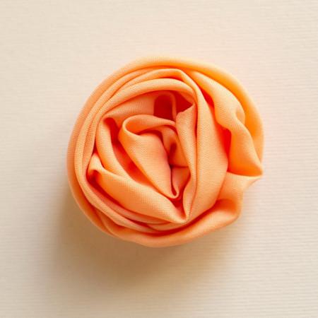 Floare broșă din țesătură crep portocaliu, diametrul de 5 cm.