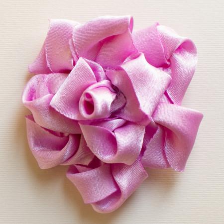 Floare broșă din crep satin roz, diametrul de 8 cm.