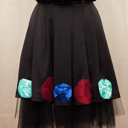 Fustă tafta satinată neagră, cu tull și aplicații din satin colorat.