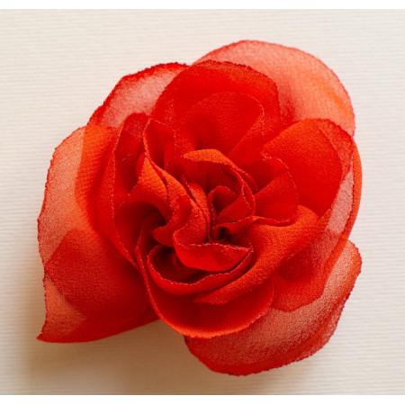 Floare broșă din voal roșu carmin, diametrul de 6 cm.