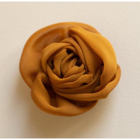 Floare broșă voal galben roșcat, diametrul de 6 cm.
