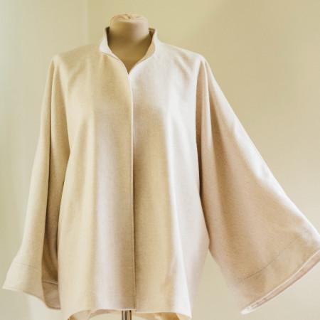 Jacheta din stofa (lana 100 %) bej nisip, captusita cu satin din viscoza, maneci chimono largi cu mansete.