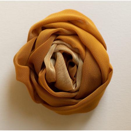 Floare broșă voal galben roșcat cu voal bej, diametrul de 8 cm.