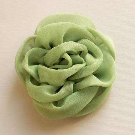 Floare broșă din voal vernil, diametrul de 8 cm.