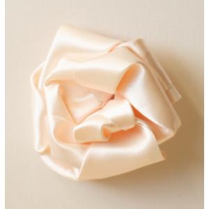 Floare ivoire cu tentă roz.