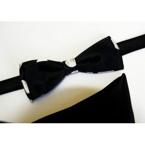 Papion negru cu buline albe.
