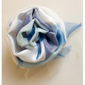 Floare alb cu bleu.