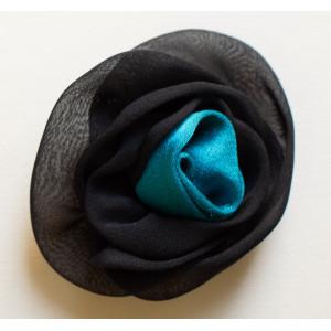 Floare negru cu verde turcoiz.
