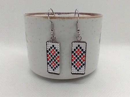 Cercei-martisor inox cu margele cusute manual Dar cu dor - motiv traditional romburi ingemanate rosu alb negru