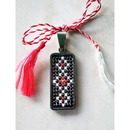Pandantiv din inox cu margele cusute manual Dar cu dor - motiv traditional negru si rosu