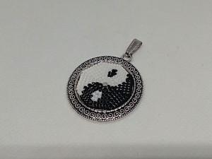 Pandantiv cu margele cusute manual yin - yang alb negru