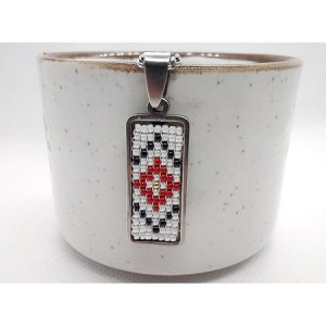 Pandantiv-martisor cu margele cusute manual Dar cu dor - motiv traditional romburi rosu alb negru