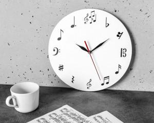 Ceas de perete cu note muzicale