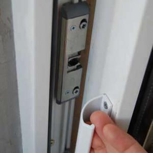 sistem blocare usa balcon alb