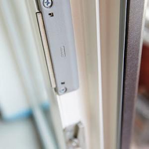 Sistem inchidere usa balcon magnetic