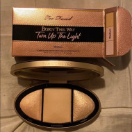 Paleta pudre iluminatoare Too Faced Born This Way Turn Up The Light Medium