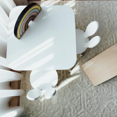 Set masuta patrata alba si 2 scaunele iepuras albe