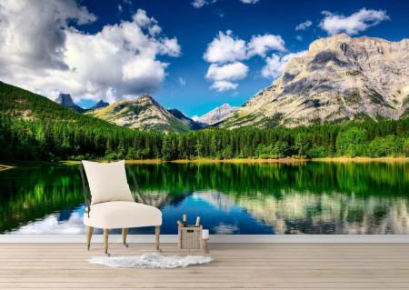 Fototapet, Un lac în padure pe fundalul unui peisaj montan
