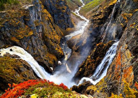 Fototapete, O cascadă fermecătoare în munți