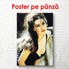 Poster, Monica Bellucci într-o rochie neagră
