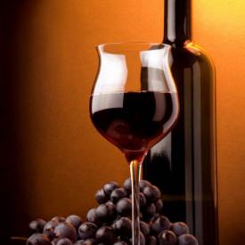 Poster, Un pahar și o sticlă de vin pe un fundal maro