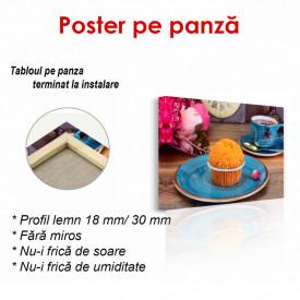 Poster, Brioșa portocalie pe o masă albastră