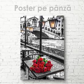 Poster, Trandafiri roșii în orașul alb-negru