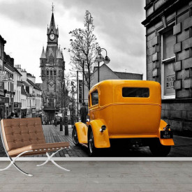 Fototapete, Orașul alb-negru și un vechi automobil galben.