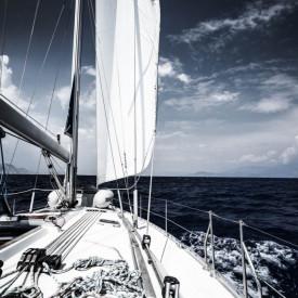 Fototapet, Un iaht alb pe fundalul cerului albastru