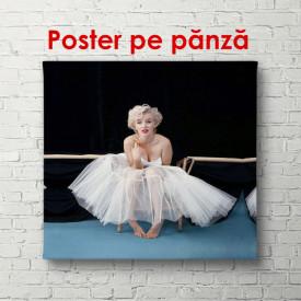 Poster, Marilyn Monroe într-o rochie, așezată pe podea