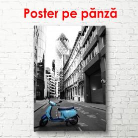 Poster, Moped albastru într-un oraș alb-negru