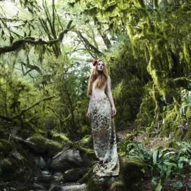 Fototapet, Fata în pădurea verde