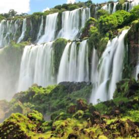 Fototapet, O cascadă frumoasă pe fundalul dealurilor verzi