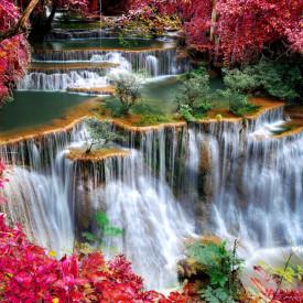 Fototapet, Priveliștea frumoasă a parcului roșu cu o cascadă