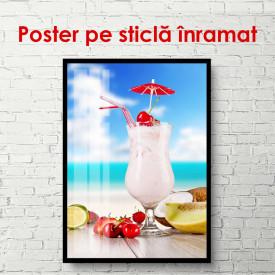 Poster, Smoothie de căpșuni pe un fundal de plajă cu cer albastru