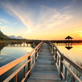 Fototapet Poduri, Podul de lemn de-a lungul lacului