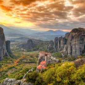 Fototapet, Un apus de soare călduros în munți