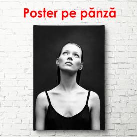 Poster, Portretul lui Kate Moss cu un tricou negru pe un fundal negru