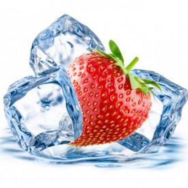 Poster, Căpșuni și cuburi de gheață pe un fundal alb