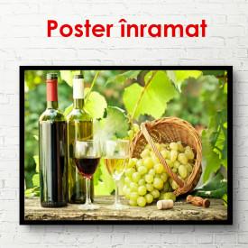 Poster, Sticle și pahare de vin într-o podgorie