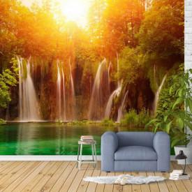 Fototapete, O cascadă pe fundalul unei păduri ce este luminată de soare