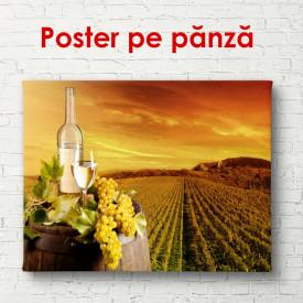 Poster, Sticlă de vin cu struguri în podgorie la apusul soarelui