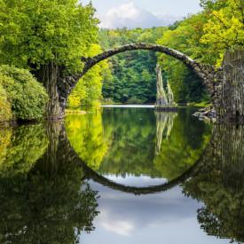 Fototapet, Peisajul cu un pod de-a lungul lacului și copaci