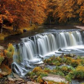 Fototapete, O cascadă minunată intr-o pădure , toamna
