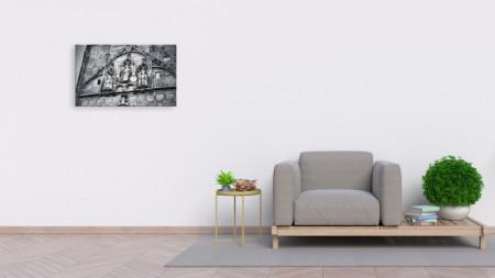 Tablou alb-negru statui in perete