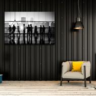 Colegi de birou in tablou alb-negru