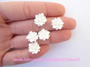 2 cabochon fiori bianchi 10mm.