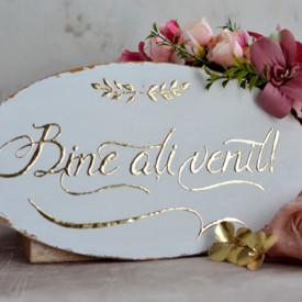"""Placuta ovala pentru nunta cu accente aurii """"Bine ati venit"""""""
