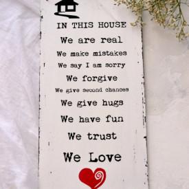 """Placuta decorativa """"In this house"""", cu inimioara rosie"""