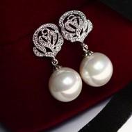 Cercei fini si eleganti cu perluta si ornament trandafir din cristale